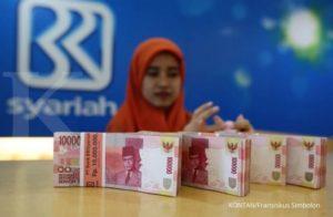 JAKARTA,11/07-DANA PIHAK KETIGA PERBANKAN SYARIAH. Petugas bank melakukan penghitungan uang di kantor cabang Bank Syariah, Jakarta, Selasa (11/07). Ramadhan dan Lebaran Idul Fitri 1438 H tidak terlalu memberikan dampak besar terhadap pertumbuhan industri perbankan syariah di Tanah Air. Bahkan, baru-baru ini Otoritas Jasa Keuangan (OJK) memprediksi pertumbuhan Dana Pihak Ketiga (DPK) perbankan syariah tumbuh stagnan pada Juni 2017. Per Mei 2017 tumbuh 4 persen year to date (ytd) atau 18 persen year on year (yoy). Bulan Juni 2017 prediksinya sama, stagnan karena puasa dan Lebaran. KONTAN/Fransiskus Simbolon/11/07/2017